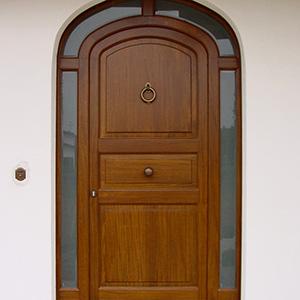 Spazio infinito, porte e portoni in legno
